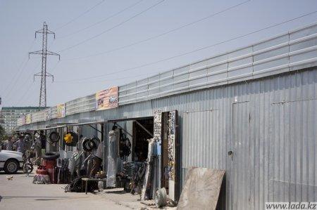 В Актау торговые ряды с рынка «Заман» перенесены на автостоянку, прямо под высоковольтные электрические линии.