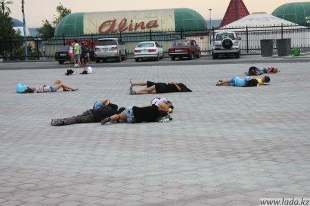 В Актау прошел флэш-моб под названием «Спокойной ночи, малыши!».