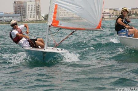 В Актау прошла парусная регата среди начинающих яхтсменов, посвященная Дню Астаны.