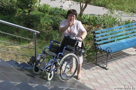Инвалидам Актау по прежнему недоступен вход во многие государственные и общественные здания