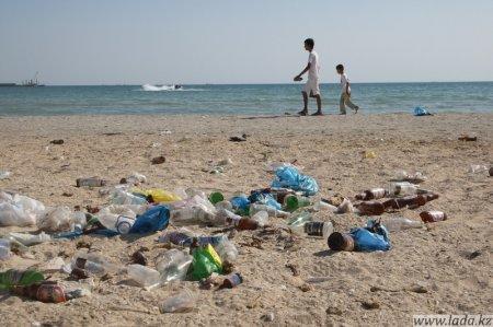 Бесплатные пляжи Актау утопают в мусоре. Увы, но ежедневная уборка не спасает положения...