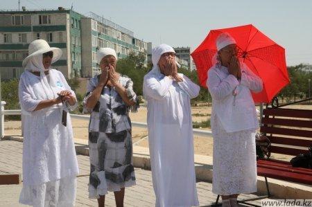 В Актау на площади Государственных церемоний прошла «Акция молчания» в поддержку нефтяников Каражанбаса и Жанаозена
