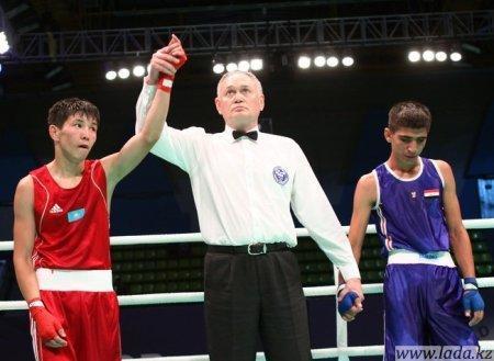 В Астане начался чемпионат мира по боксу среди юниоров. Корреспондент нашей газеты Аскар Агатаев следит за событиями из столицы