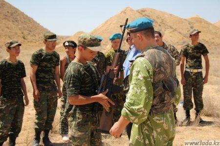 Ветераны ВДВ организовали в Актау акцию для юных патриотов
