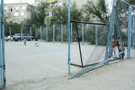 Ограждение детской площадки в  Актау может упасть на детей