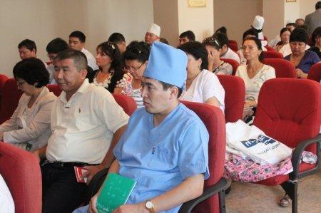 Участники конференции слушают лекцию профессора Изимбергенова