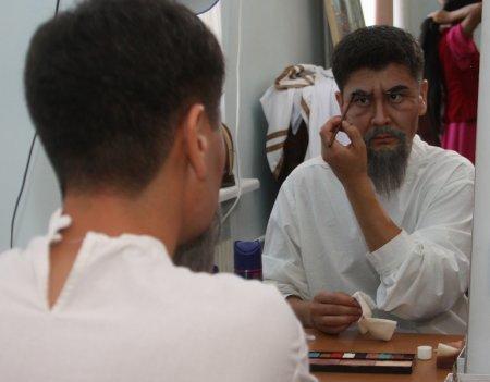 Медгат Омиралиев готовится к спектаклю