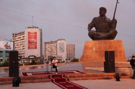 Конкурс молодых талантов прошел в центре Актау возля памятника народному поэту