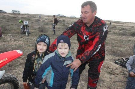 Евгений Хоружий просит своего сына и племянника сфотографироваться на память