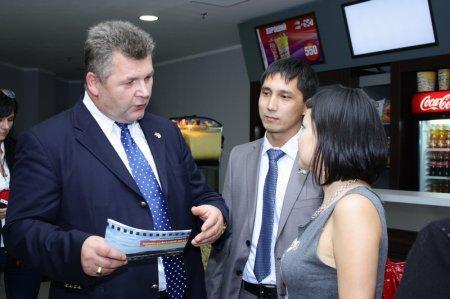 Почетный консул Германии по Западному Казахстану Петер Кригер рассказывает посетителям о фестивале