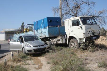 По дороге от Актау в поселок Приозерный КАМАЗ столкнулся с Маздой CX-7