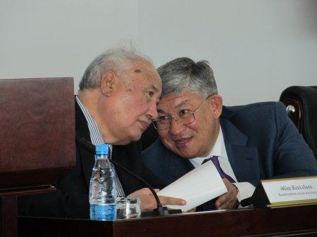 Абиш Кекилбаев и Крымбек Кушербаев во время научно-практической конференции