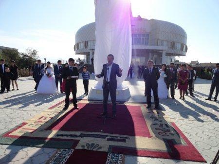 Символ любви и верности установили перед зданием ЗАГСа в Актау