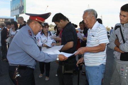 Дорожные полицейские ответили на вопросы актаусцев в ходе акции «Приемная на дороге»