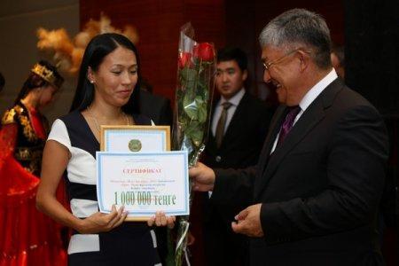 Обладатель гран-при конкурса «Учитель года-2011» на церемонии в Актау получил сертификат на один миллион тенге