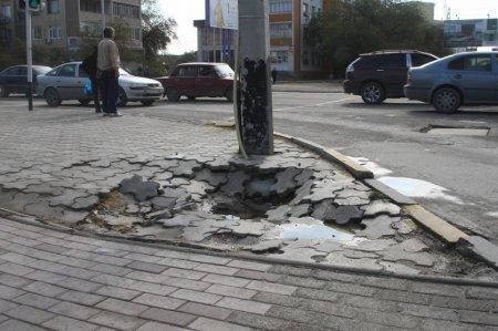 В Актау пропадают старые тротуары и проваливаются новые