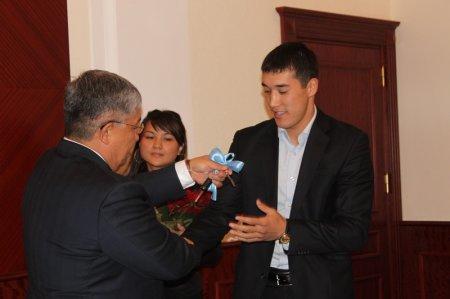 Аким Мангистауской области вручил боксеру Адильбеку Ниязымбетову ключи от квартиры и автомобиля