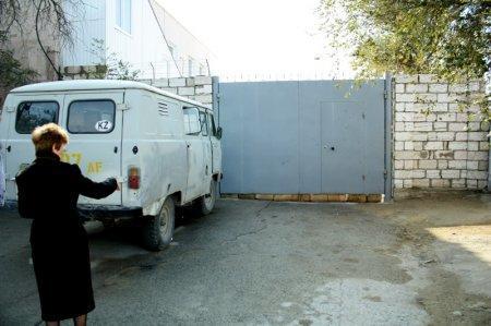 Жители поселка Приозерный вынуждены добираться до города по крышам гаражей