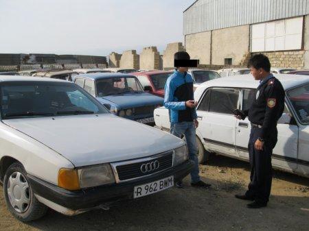 Сержант Таттыбаев с нарушителем на штрафстоянке