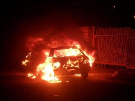 На набережной Актау сгорел автомобиль «Мерседес»