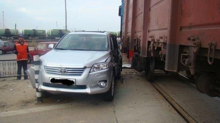 В Актау на железнодорожном переезде грузовой состав столкнулся с автомобилем