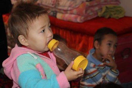 В Мангистауской области молодая семья с шестью детьми живет в однокомнатной времянке