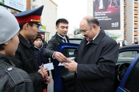 В Актау прошла акция «День взаимопонимания» между сотрудниками дорожной полиции и участниками дорожного движения