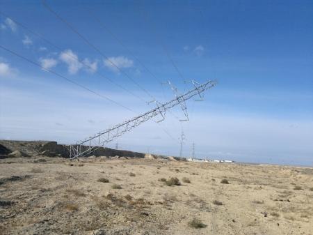 Опора линии электропередач повисла на своих проводах (ФОТО)