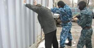 В Атырау вандал, разрушавший могилу, грозился взорвать себя, и бросился с топором на полицейский спецназ