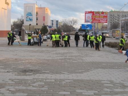 Коктемовцы чистят дорогу перед приездом акима
