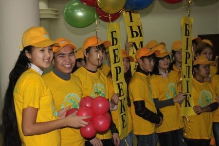 Студенты города Актау запустили в небо шары со своими пожеланиями, адресованными стране
