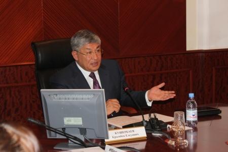 Аким Мангистауской области поблагодарил депутатов за хорошую работу
