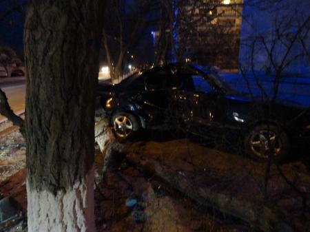 Утром в Актау автомобиль врезался в дерево