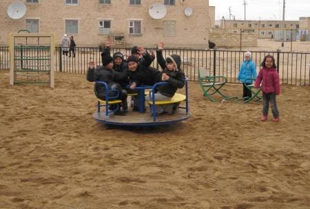 В поселке Курык появились две новые детские площадки