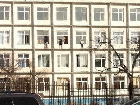 Дети моют окна на высоте