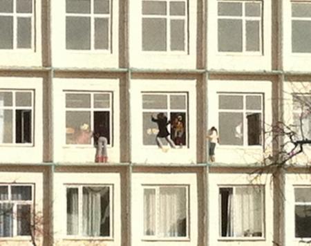 В школе №5 Актау учительница отправила пятиклассниц на карниз третьего этажа мыть окна кабинета