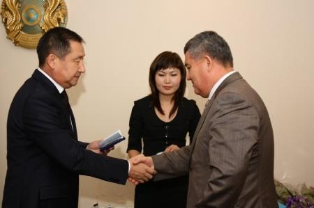 Аким Актау вручил медали руководителям коммунальных предприятий и государственных управлений