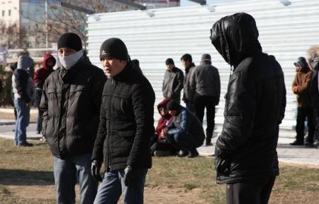 Возле площади Ынтымак в центре Актау собралось свыше 400 человек (ФОТО)