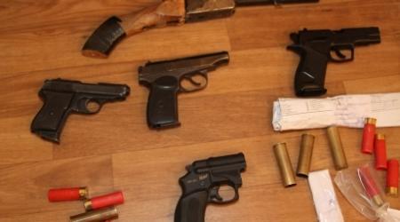 Правоохранительные органы показали изъятое с мест беспорядков в Жанаозене оружие