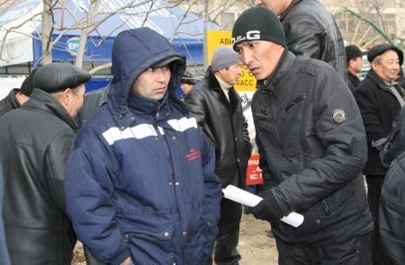 Уволенные работники «Каражанбасмунай» собрались у здания «Мангистаумунайгаз» в центре Актау