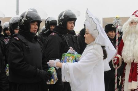 Аким Мангистауской области поздравил с наступающим Новым годом сводный контингент внутренних войск, прибывших из разных регионов Казахстана на помощь в поддержании правопорядка