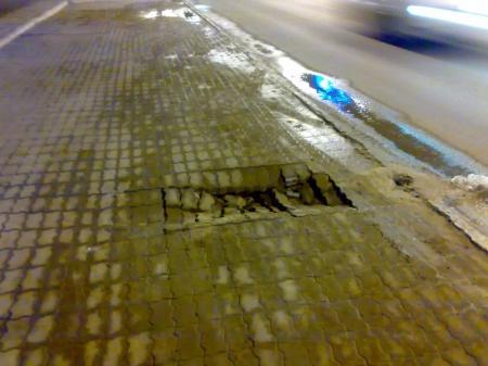 Провал брусчатки рядом с одной из центральных дорог