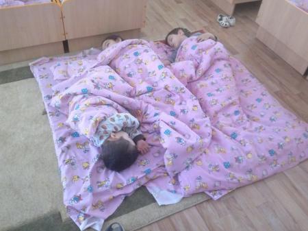 В Актау воспитанники 4-ой группы детского сада №8 спят на полу и едят чайными ложками