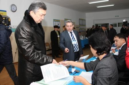 Аким Мангистауской области проголосовал в Жанаозене