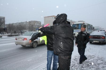 В Актау нарушители правил дорожного движения избежали штрафов, поработав инспектором дорожной полиции