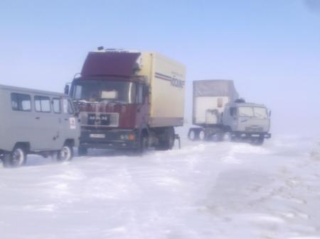 В Мангистауской области в снежном плену застряли более 50 автомашин
