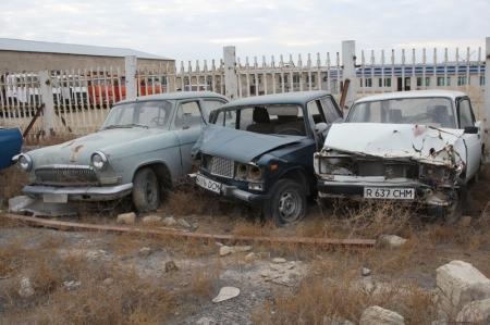 В Актау владельцы автомашин объявляют друг другу войну из-за парковочных мест, а изжившие срок машины бросаются где попало