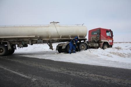 На автотрассе Актау-Жанаозен перевернулась многотонная фура