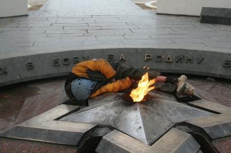 У Актауского мемориала Вечный огонь...