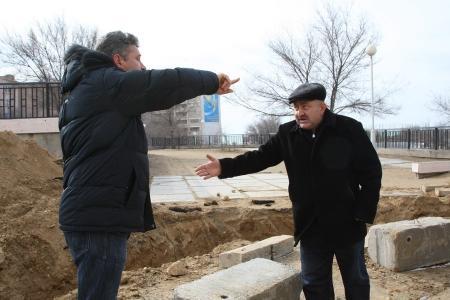 В одном из дворов 14 микрорайона Актау в результате строительства оказались заблокированными на стоянке шесть автомобилей